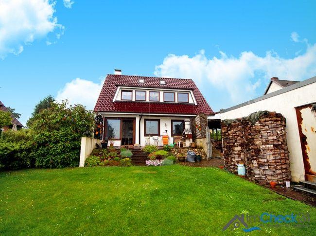 Ansicht von hinten auf das renovierungsbedürftige Einfamilienhaus in Hagen im Bremischen.