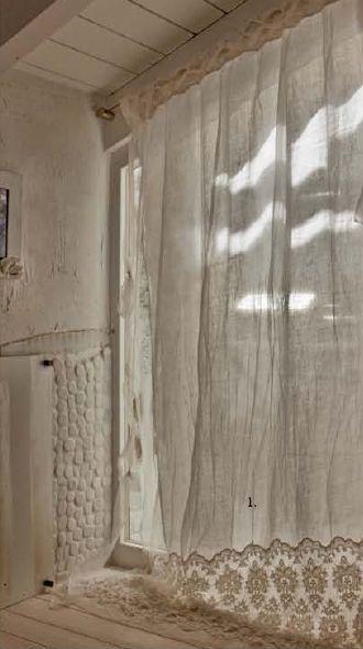 Jolie rideau qui laisse une lumière douce à la pièce