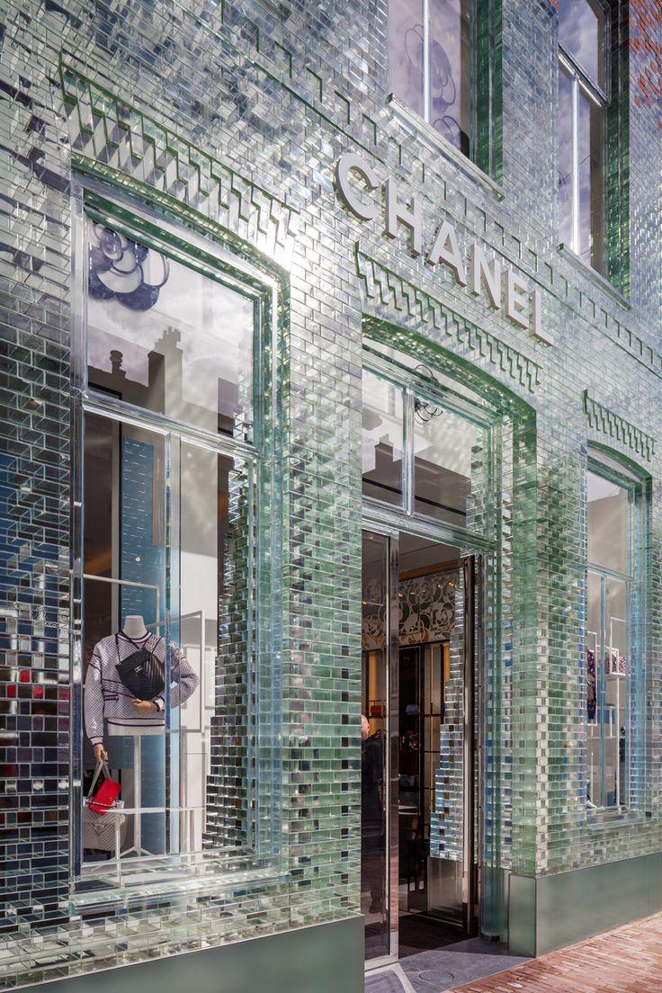 Fachada de ladrillos de vidrio para una tienda de Chanel en Amsterdam, por MVRDV. A partir del segundo nivel, estos ladrillos se funden con el ladrillo de terracota original. Video: https://youtu.be/3JwcKQRdJXA Fuente: Dezeen.com