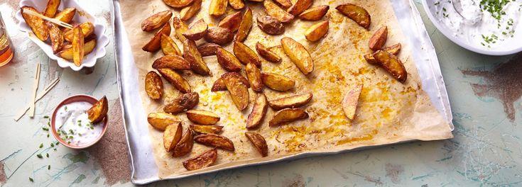 Krosse Kartoffel Wedges mit Sour Cream passen zu allem: ob Bacon, Burger oder BBQ. Im REWE Rezept zeigen wir Ihnen, wie der amerikanische Allrounder gelingt. »