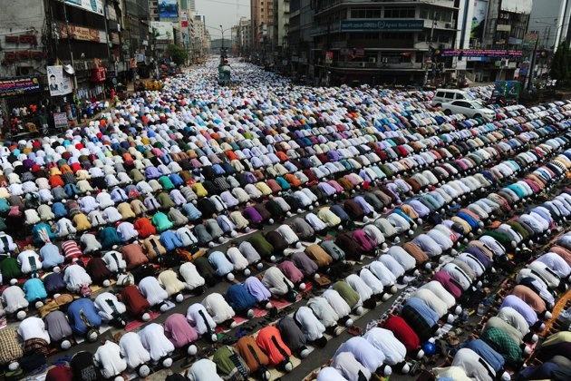 Seguidores bangladesíes del partido político islámico Islami Andolan Bangladesh, oran este viernes en las calles de Dhaka, el 29 de marzo de 2013, durante una multitudinaria manifestación que exige, entre otros, la restauración de un gobierno temporal y la ordenación de elecciones. AFP PHOTO/ Munir uz ZAMAN