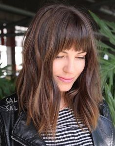 Schöne Frisuren für mittellanges lockiges Haar mit Pony #haircut #haircutideas #hairstyle #haarschnitte