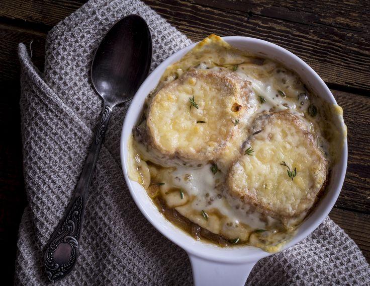 Francia hagymaleves -  | A legtöbb étterem menüjén megtalálható ez a leves. Nem véletlenül! A vöröshagyma a legtöbbünknek az egyik kedvenc zöldsége, különleges illata van és magas a B-, illetve C-vitamin tartalma (30mg/100g). A könnyen követhető receptkártyával most Te is éttermi minőséget fogsz produkálni a saját konyhádban. Nincs bevásárlás, csak főzés. Jó étvágyat kívánunk!