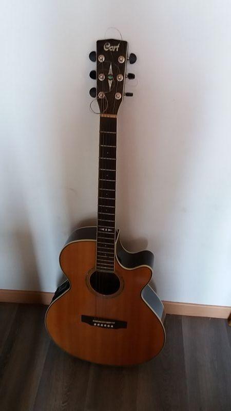 Guitare CORT folk électro-acoustique avec accordeur. Manche fin en acajou. N'a quasiment jamais servi puisque je ne sais pas en jouer.