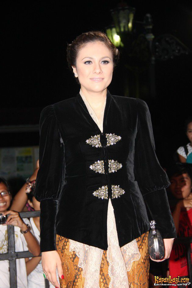 beautiful black velvet kebaya