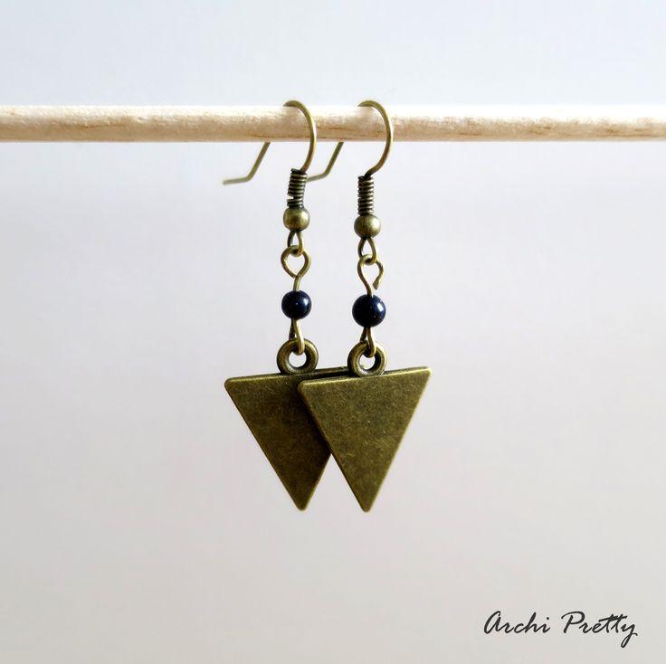 Boucles d'oreilles graphique bronze - triangle - perle goldstone bleu nuit pailletée : Boucles d'oreille par archi-pretty