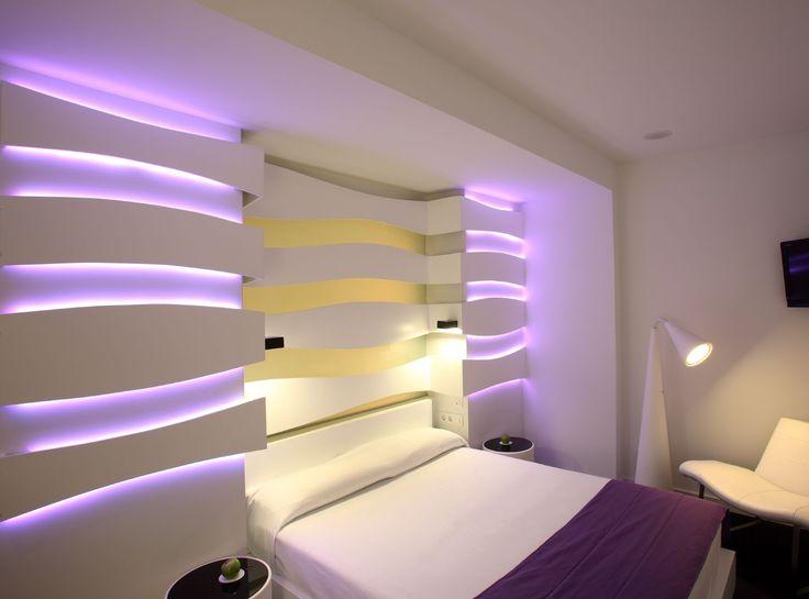 una camera da letto moderna e femminile grazie all'utilizzo di strisce led