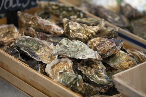 Au moment des fêtes, c'est souvent la même question : comment ouvrir les huîtres facilement et réussir à ne pas avoir de petits bouts de coquilles ?