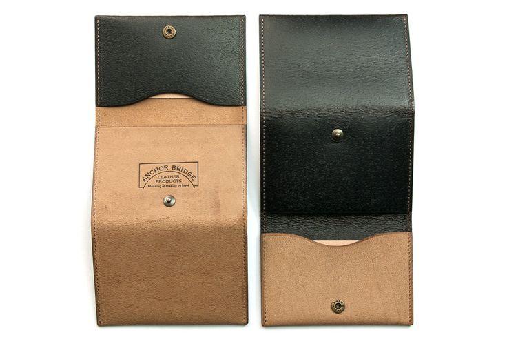 アメリカ Horweenホーウィン社製 Horse Leather を使用した折りたたみ式カードケースです。革の床面にオイル、顔料を塗り込みプレスして 仕上げたリバーシブルの馬革で、両方の面にそれぞれ異なった風合いを