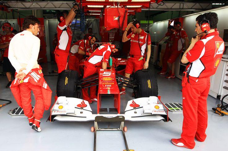 Fernando Alonso con mecánicos de Ferrari