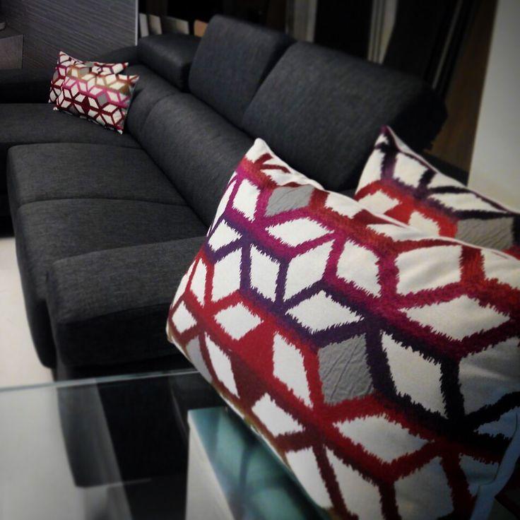 Karola de Ontario Fabrics.  Bordado y aplicación. Exposición de Alado, Tortosa. #ontariofabrics #karola #bordado #red #rojo #vermell