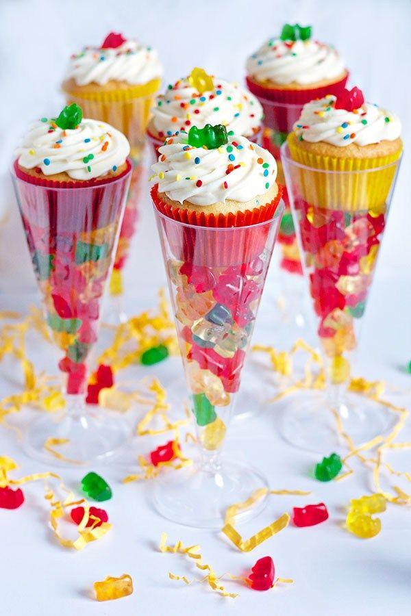 Ideas para el dia del niño, copas con gomitas y cupcakes. #diadelniño…
