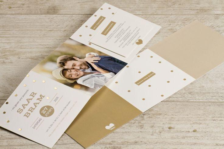 Vrolijke trouwkaart met gouden confetti en foto