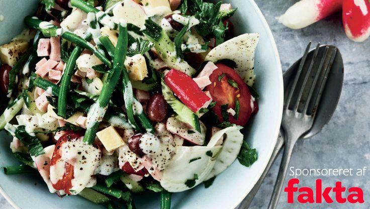Ost, skinke og grønne bønner er med til at give en dejligt mættende salat. Her får du opskriften på salat med ost, skinke og grønne bønner