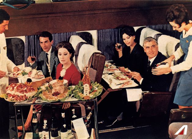 #TBT 1964: Il pranzo è servito nel #Douglas #DC8! >>> #Lunch is served! We are on board of the Douglas DC8 with this vintage pic from 1964.
