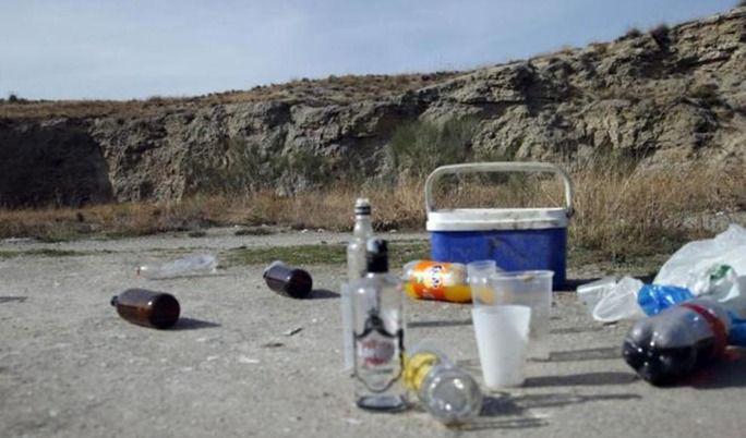 Muere una niña de 12 años por un coma etílico. La embergadura de la niña dificultó el traslado al hospital, en una de las noticias anteriores pone que ella se bebió una botella entera y en esta pone que se bebieron dos botellas entre cuatro personas.