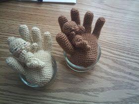 Hand met baby gehaakt