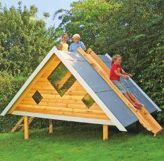 Spielhaus und Rutsche in einem: Man kann das selbst gebaute Haus dank schrägem Dach einfach herunterrutschen. Unsere Bauanleitung zeigt dir, wie du das Häuschen für den Garten selbst bauen kannst.