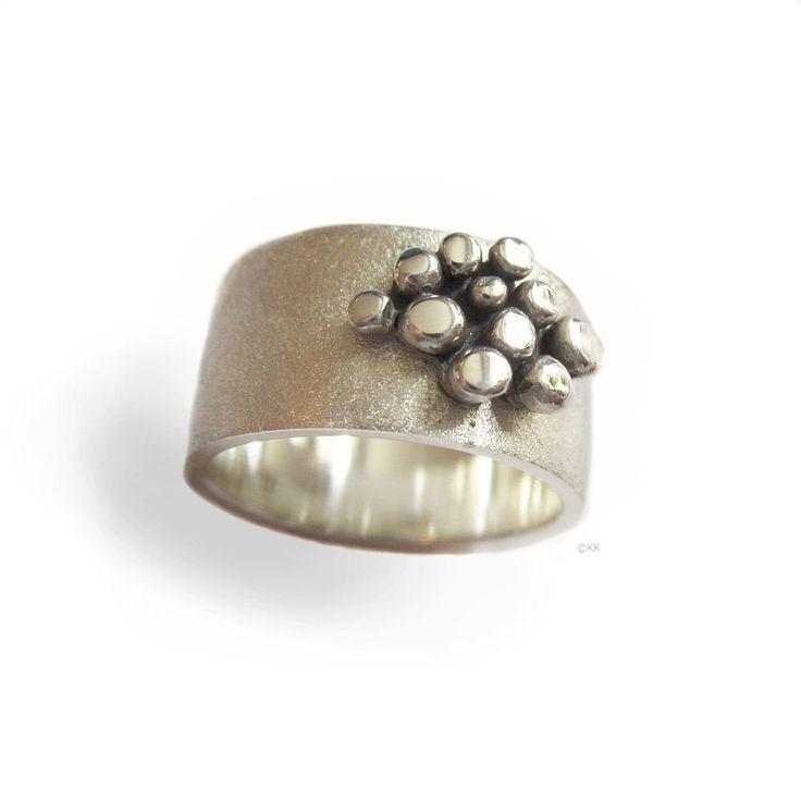 Ring Steps. Zilveren ring met zilveren afgeplatte balletjes. Ontwerp van Karen Klein edelsmid.   karenklein.eu