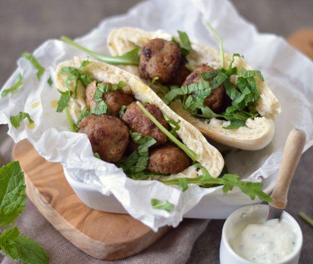 Pitabroodjes met kruidige gehaktballetjes een heerlijk gerecht om eens zelf te maken. Luchtige pitabroodjes gevuld met kruidige gehaktballetjes, yum!
