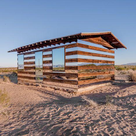 L'artiste américain Phillip K. Smith III a habillé la résidence en bois Lucid Stead, posée au milieu du désert californien : sur chacune des façades, il a disposé des miroirs pour la confondre avec l'espace environnant.