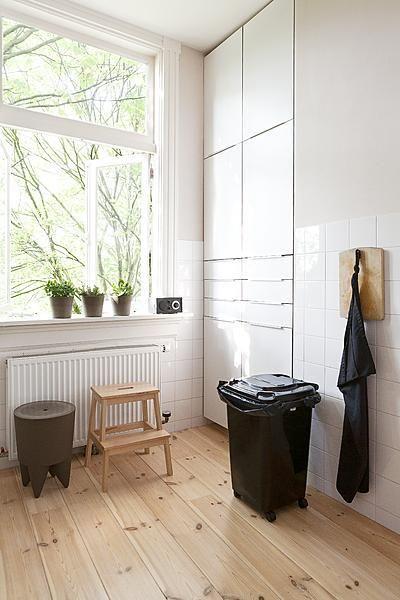 Opbergers in de keuken | vtwonen | Mooi: vloer + kast. Lelijk: prullenbak