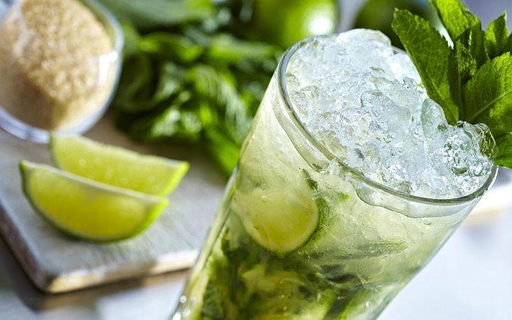 """İsmi misket limonu (lime) içeren """"mojo sosu""""ndan gelen alkollü Küba kokteyli Mojito, kolaylıkla hazırlanabilen, popüler ve serinletici bir yaz içkisi."""