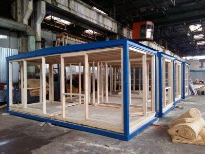 Монтаж полов и деревянной обрешетки на металлические каркасы модулей зданий