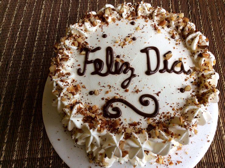Vainilla y almendras tostadas. Este pastel es para quien ame las almendras pues se encontrará con su sabor en cada trozo. Puedes personalizarlo con el mensaje que desees.  Pequeña (10 a 15 porciones) $ 38.000 Mediana (20 a 25 porciones) $ 48.000 Grande (26 a 32 porciones) $ 58.000