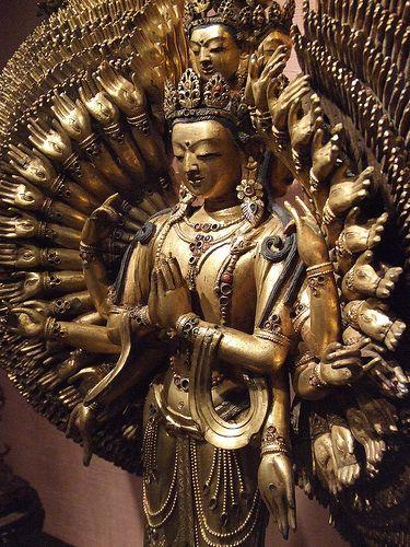 """Avalokiteshvara (Chenrezig), Mantra: OM MANI PADME HUM. """"De acordo com os ensinamentos budistas, os benefícios de cantar este mantra são tão vastos como o céu infinito. As palavras do mantra significam literalmente (""""Hail to the Jewel in the Heart of the Lotus"""") """"Saudamos a Jóia no Coração do Lótus"""" e quando cantado, concretiza a Grande Compaixão, enquanto purifica simultaneamente obscuridades, especialmente aquelas advindas da ignorância e do ódio."""""""