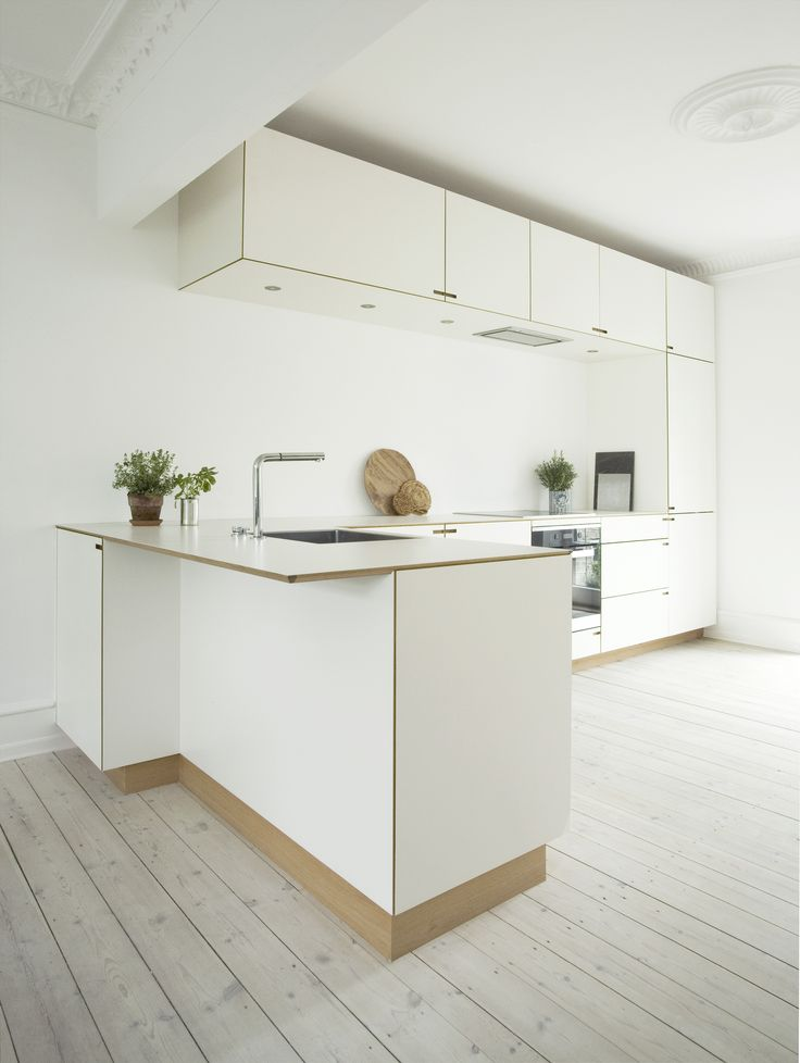 The sink is placed on the kitchen peninsula with its wide end overhang leaving plenty of space for socializing, either at the counter itself or seated around it.