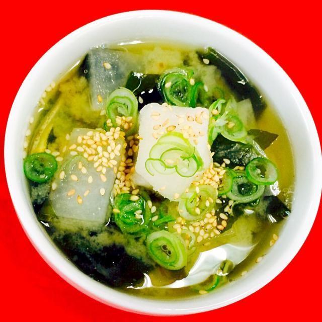 おはようございます^_^ 今朝の薬膳スープ^_^ 風邪が又々流行の兆し(≧∇≦) 毎日の食事で予防してみては(笑) 大根とわかめの味噌スープ(笑)味噌汁です(笑) のどの痛みに効果的な大根と、熱をさます働きのあるわかめ、大根おろし・白胡麻・長ネギかけていただきました^_−☆優しい味の味噌スープ(笑)おかわりしたくなるます^_^ - 116件のもぐもぐ - 大根とわかめの味噌スープ^_^ by joyful1193