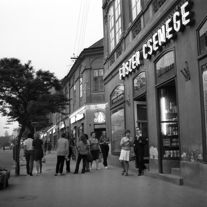 Fő (Március 15.) utca, szemben a Basa utca torkolata.