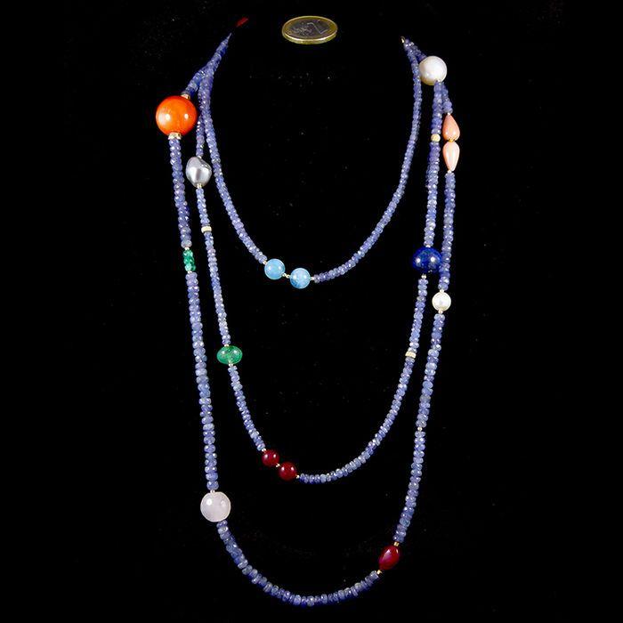 Collana in oro giallo 18 kt con tanzaniti, corallo, gemme di acquamarina, rubini, smeraldi, perle, corniola, quarzo e lapislazzuli.