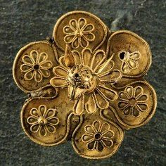 Брошь с protome грифона. Электрум, ок. 625-600 до н. э. Из некрополя Камирос на острове Родос