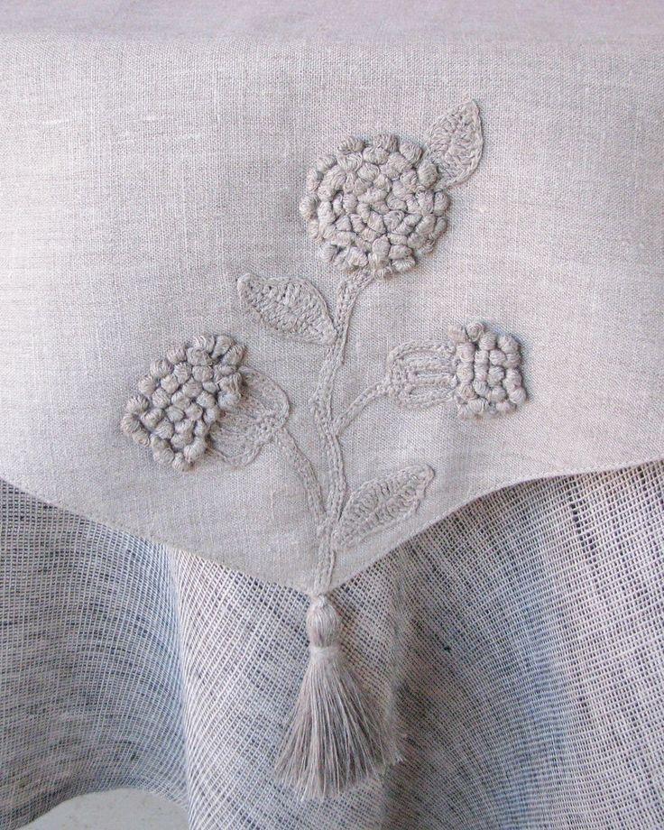 Camino de mesa de Lino gris natural decorado con por daiktuteka