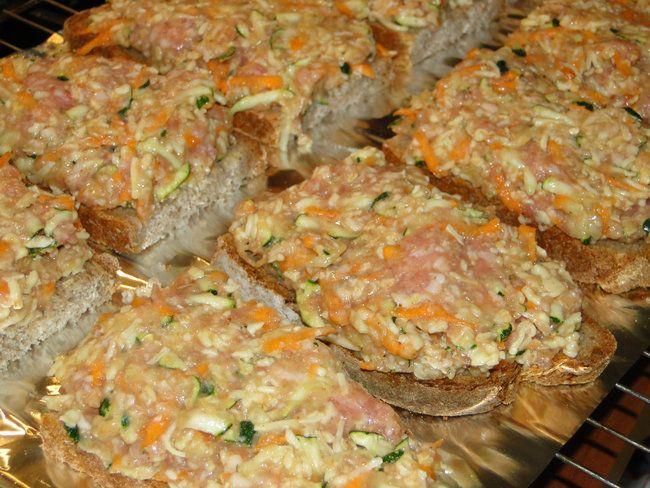 Nährwerte pro Portion: 491kcal, 27g Eiweiß, 49g Kohlenhydrate, 20g Fett, 8g Ballaststoffe 1 mittelgroße Zucchini (100-150g) 2 mittelgroße Möhren (200-250g) 5 EL Hirseflocken, ersatzweise Haferflocken 300 g rohe Bratwurst 2 Eier 1 EL Tomatenmark  - 1 TL Majoran  - 1 TL Paprikapulver edelsüß 100 g geriebener Käse 4 Roggenbrötchen oder entsprechend viele Brotscheiben, dick geschnitten Die Zucchini waschen und putzen, die Möhren abreiben oder schälen. Beides grob raspeln. Die Hirseflocken über…