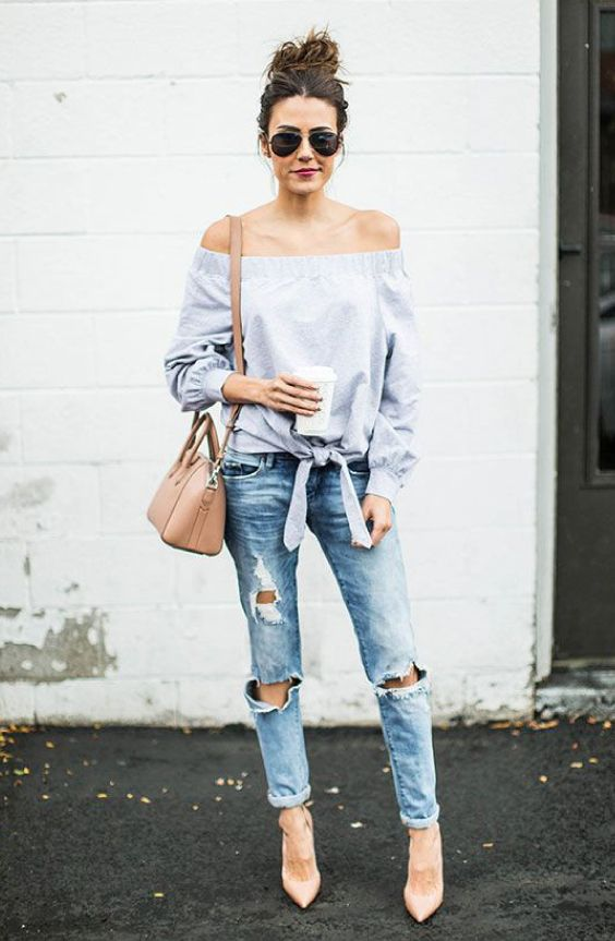 Camisa de tecido com decote ombro a ombro, calça jeans destroyed, scarpin nude