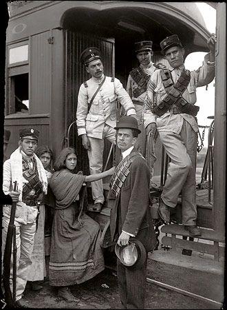 """Women and soldiers in Mexico City in 1913, part of """"Mexico: The Revolution and Beyond, Photographs by Casasola 1900-1940"""" at El Museo del Barrio,  durante una presentación en la que debía de descender de una cuerda atada a un helicóptero en movimiento."""