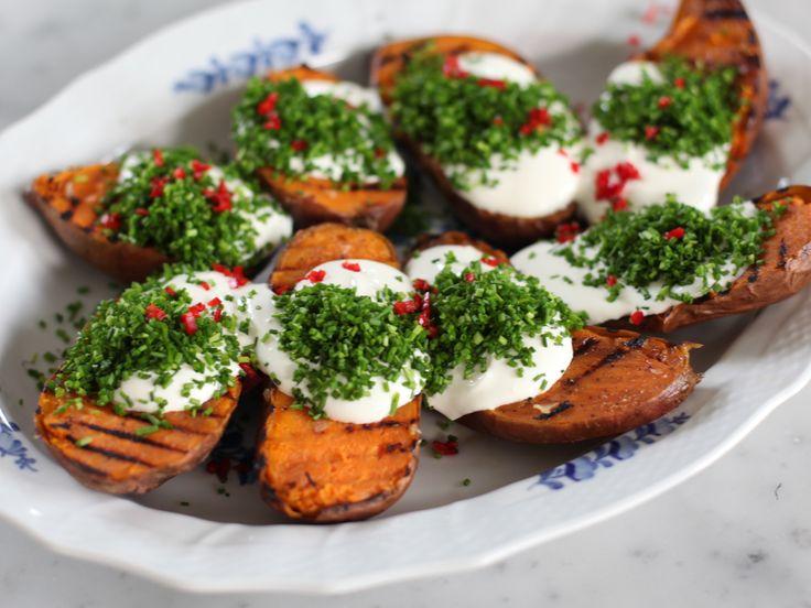 Grillad sötpotatis med gräddfil och chili - se