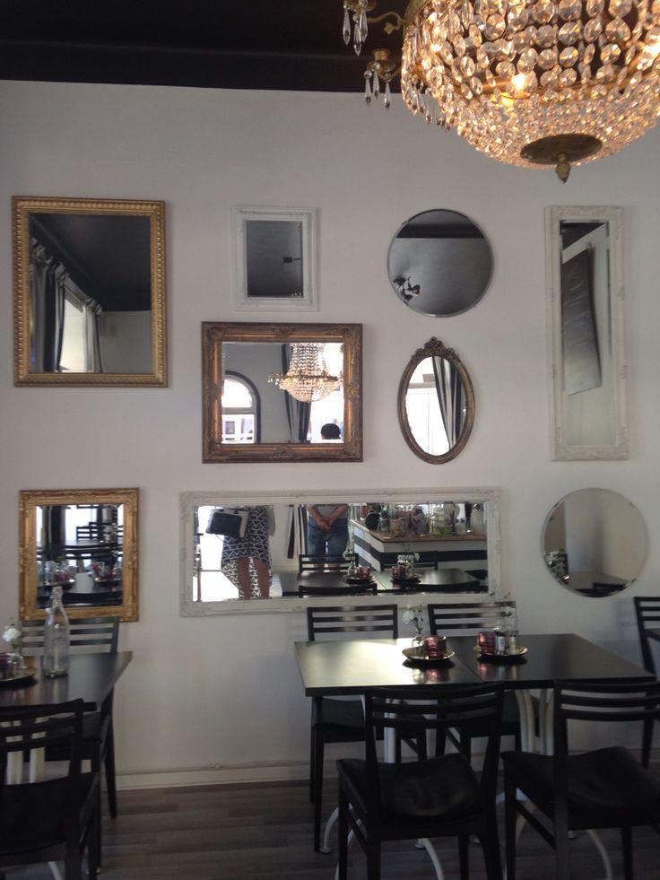 Fantastisk spegelvägg i retrostil från en vägg på ett café i Örebro