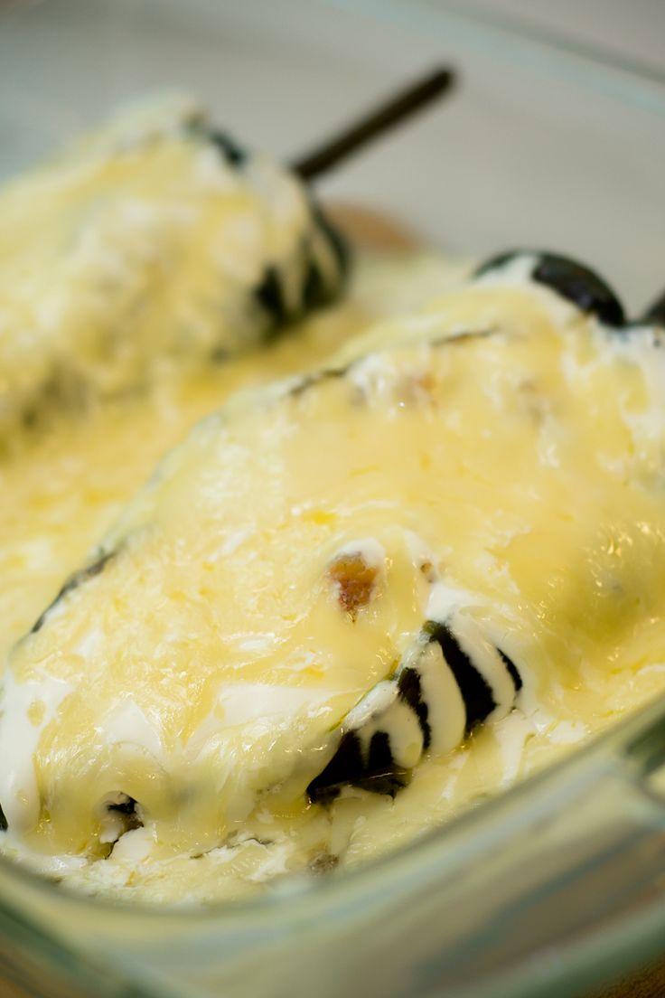 Deliciosos chiles rellenos de atún con crema y lo mejor de todo es van gratinados. ¡Mi receta les va encantar!