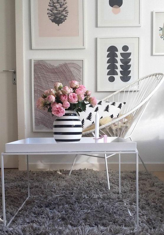 Da sind sie nun: Sowohl die Vase, als auch die Rosen stehen selten bei uns auf dem Tisch....ich finde die Vase wunderschön, aber meistens steht sie ohne Inhalt oder mit Trommelstöckchen auf dem Regal; Rosen liebe ich im Garten, aber selten in der Vase. Aber diese......(hach) Mit Blumen nachhause kommen, sie zurecht zu schneiden und sie in die Vase zu stellen, ist ein Ritual am Wochenende, das ich sehr liebe. Euch allen einen schönen Abend!