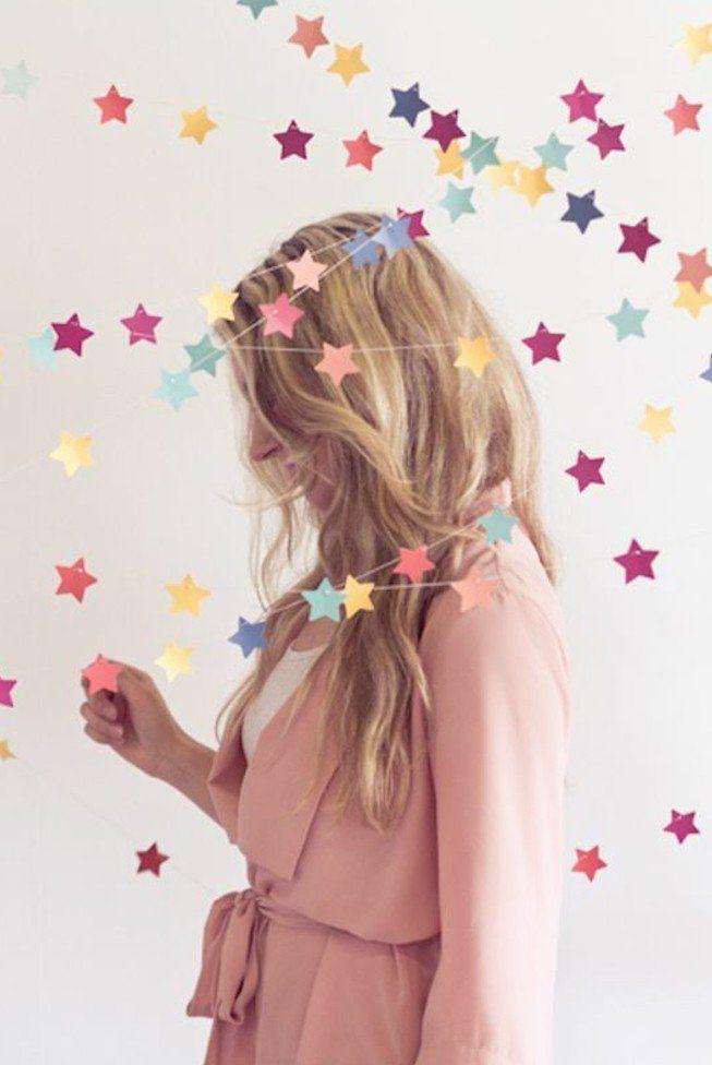 idée originale de guirlande en papier, petites étoiles multicolore, decoration anniversaire oi decoration chambre enfant