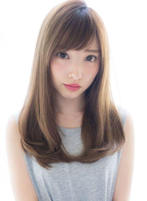 大人っぽい上品な透明ツヤ感を作るワンカールスタイルは毛先のカール具合と前髪の形が重要。長さに対して入れる顔まわりのレイヤーカットと目の上ギリギリでカールする前髪で目元を強調する《絶対法則》カラーはシアベージュで《透明感》と《ツヤ》を強調。