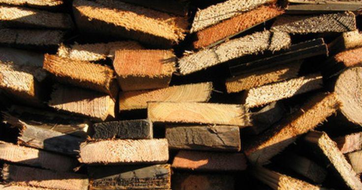 Como cortar guarnições de madeira para janelas. O revestimento de madeira em volta da sua janela é chamado de guarnição. Guarnições são usadas para cobrir a área onde a moldura de sua janela encontra a parede. Instalar guarnições se trata de fazer uma junção de quatro placas conjuntas para criar uma moldura em volta de sua janela. Pode ser cortada e instalada inteiramente à mão, ou você ...