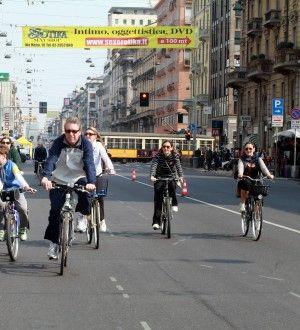 milano giornata a piedi quando vi sono le domeniche a piedi sono felice perchè il PM10 si abbassa e milano ritorna ad essere anche se per poco una città vivibile e non inquinata  sono il primo a godermi una città in giro in bicicletta