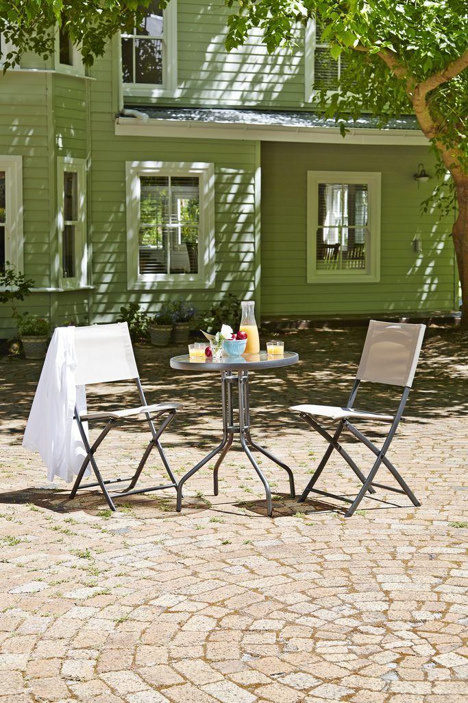 Creează un colț ideal pentru tine și partenerul tău cu masa din oțel și sticlă securizată BLOKHUS și scaunele SIMADALEN din oțel și plasă rezistentă | JYSK #summerinspiration #summer #gardenfurniture #garden