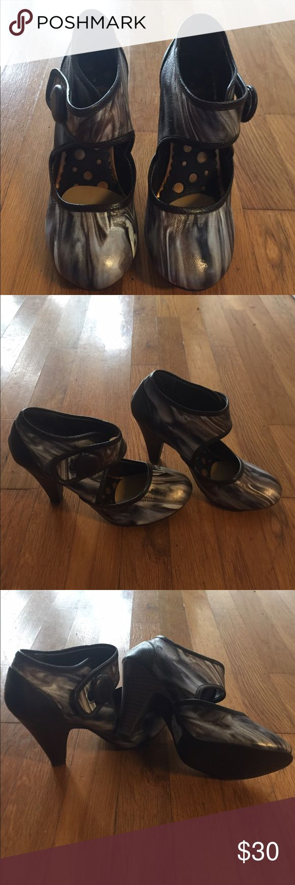 Not rated multicolored heel. Brown white bronze multicolored high heel by Not Rated. Size 6. Never worn. Such a pretty and unique shoe. Not Rated Shoes Heels
