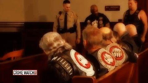 Un niño asustado entra a una corte a declarar. Ahora observa lo que hacen estos rudos motociclistas